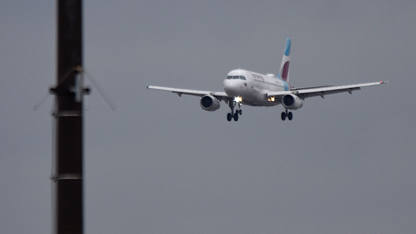 A plane on approach. This landing can be followed live with the flight radar of FlightAware.