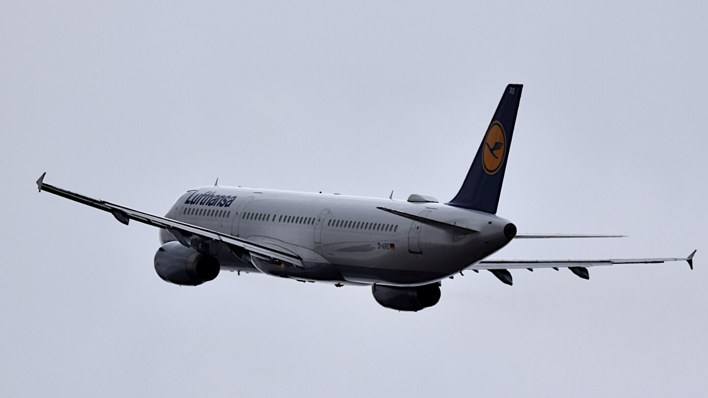 An aircraft of the airline Lufthansa at take-off.